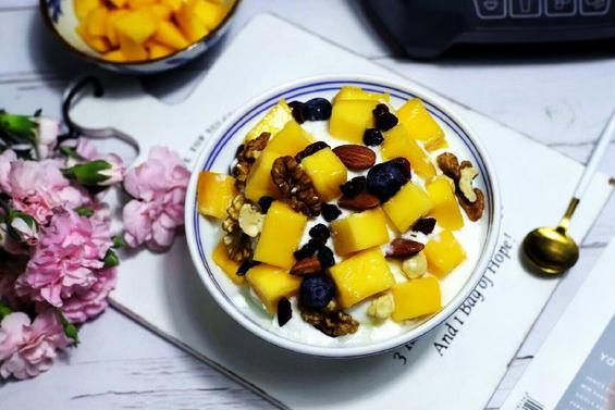 超细腻、超爽滑的芒果酸奶刨冰,只需两步,在家也能轻松做出来