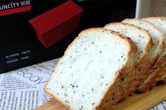 不放油还少糖,自已做的乌发补钙的营养面包,好吃又健康!