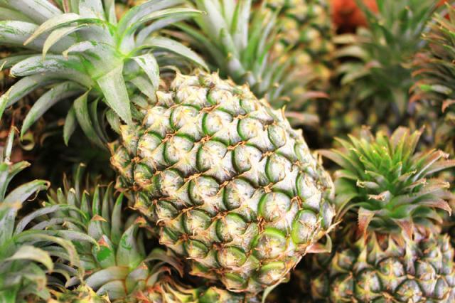 朋友买菠萝,只挑绿色发青的,水果店老板见了:难道你是同行?