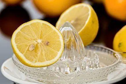 泡柠檬水,加热水还是凉水,加蜂蜜还是白糖?网友:喝水也穷讲究
