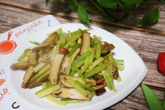 这种豆制品,比豆腐皮香,比豆腐干有嚼劲,和芹菜一起炒,好吃!