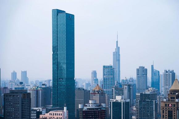 高空看南京,遍地都是高楼大厦,繁华程度不亚于一线城市
