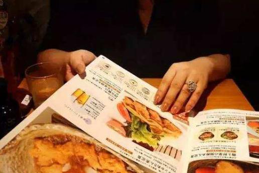 去饭店吃饭,点餐后服务员为啥要拿走菜单?离职收银员说出内幕