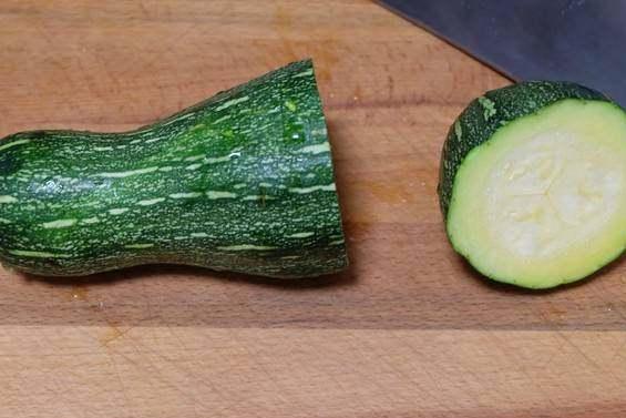 这个明明是南瓜,为什么有人说是西葫芦?做成馅饼营养又美味!