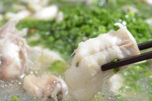 炖鱼时,要掌握这3个窍门,鱼肉才会鲜嫩,一点腥味都没有