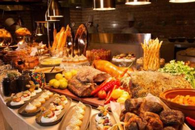 吃自助餐时,领取才能拿的限量供应食品,少去碰,都是商家套路!