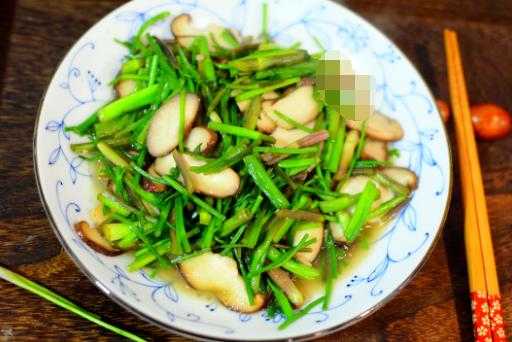2元钱买了一把水芹菜,与香菇一起炒清香爽口
