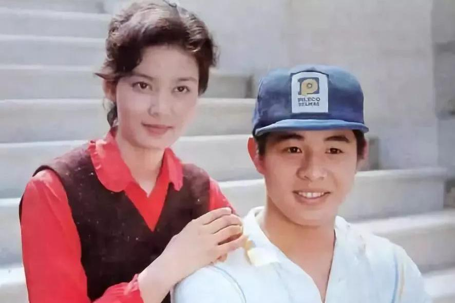 当年为了利智,李连杰狠心抛弃孕妻黄秋燕,30年后她过得怎样了?
