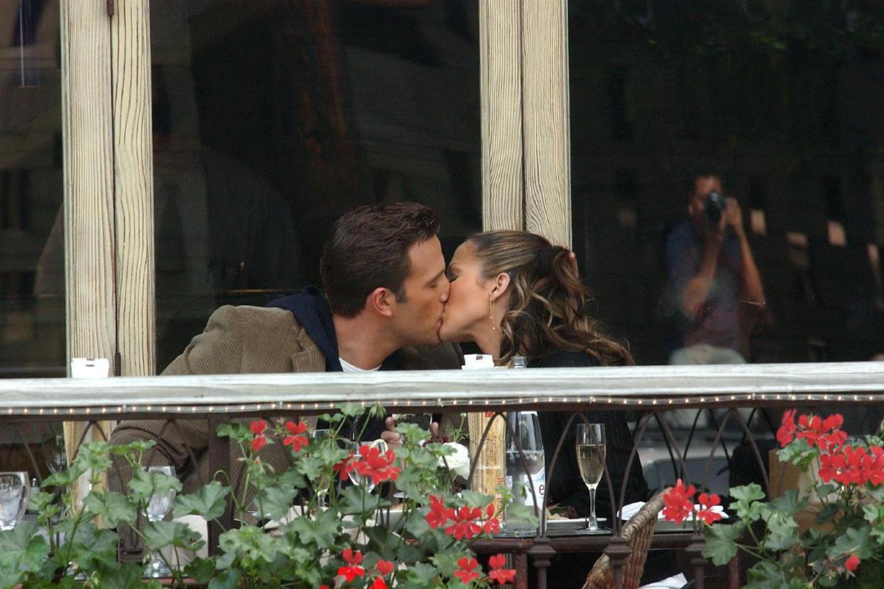大本和女友拥吻,17年前两人也曾当街热吻,网友:我孩子都生俩了