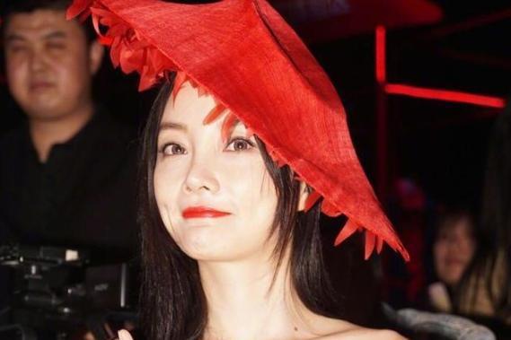 """李小璐又""""作妖"""",红帽子故意""""歪着戴"""",穿黑色连衣裙摩登精致"""