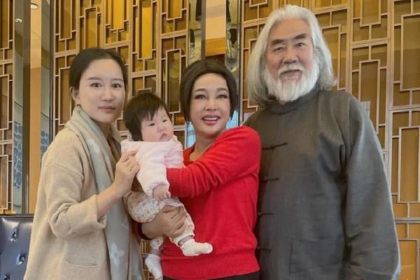 杜星霖晒刘晓庆与张纪中的合影,为照顾老公未给刘晓庆修图?