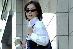 蒋雯丽2004年的都市剧氛围感绝了,造型放在现在都时髦得不行