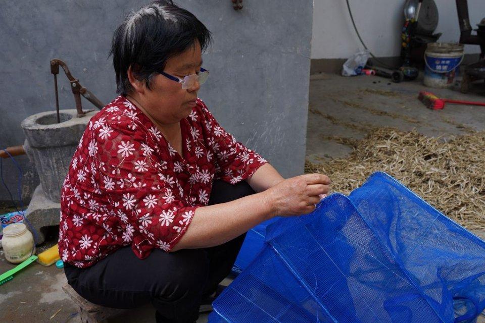 母爱感人,河南老妇一天做10小时手工,只为给儿子挣30元救命钱