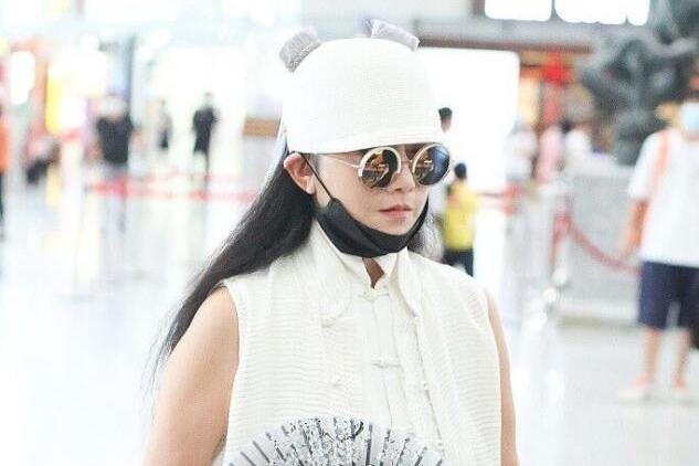 杨丽萍老了皮肤也松了,尖下巴更抢镜,穿白裙装嫩也只是装样子!