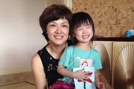 前央视主持人李小萌晒娃,女儿9岁长一张高级脸,住大豪宅显奢华