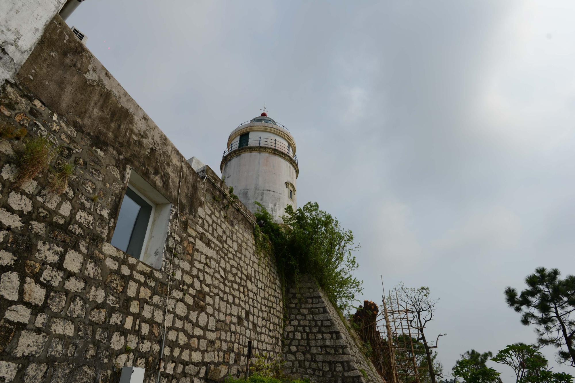 中国海岸第一座现代灯塔,藏在澳门半岛的最高处,见证历史沧桑