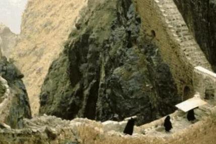两山之间的古桥,距离地面91米没有任何支柱,400年来依旧是谜