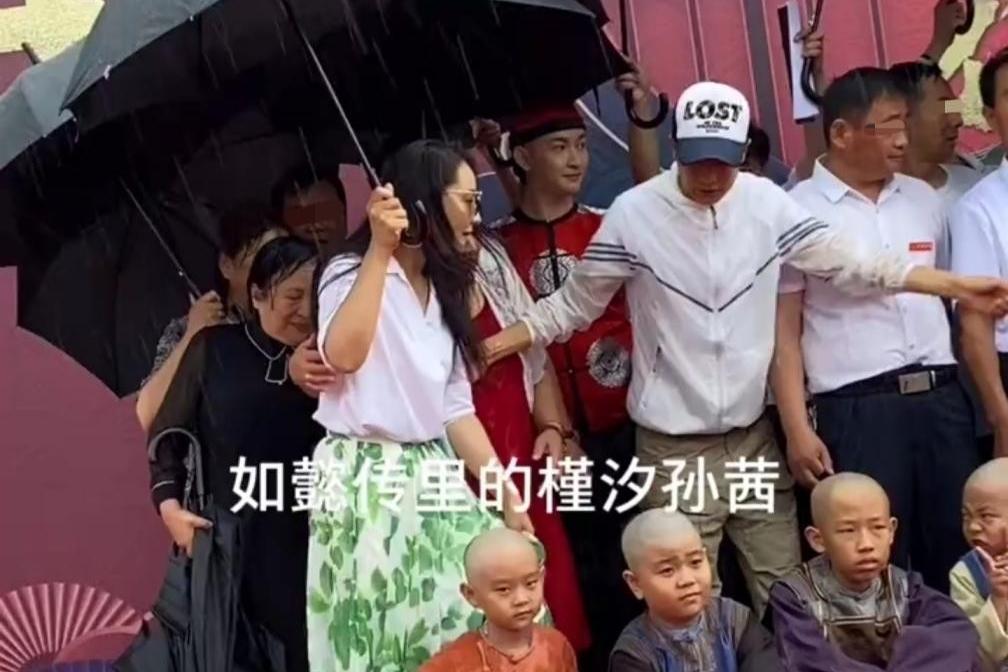 孙茜合照迟到被疑耍大牌?高调打伞留小孩淋雨,被提醒后迅速收伞