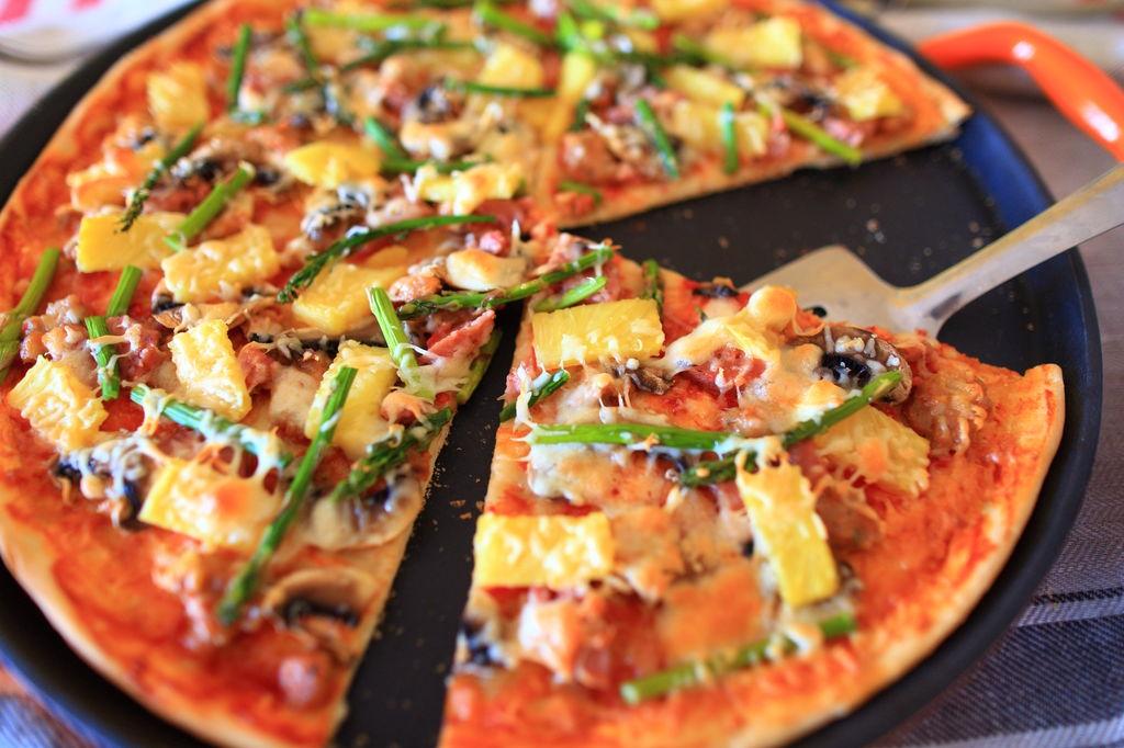用菠萝做夏威夷口味披萨,配料丰富,口味多变,在家也能轻松做好