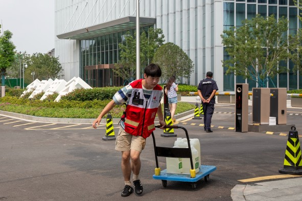 中戏帅哥途经郑州遇洪水滞留,穿红马甲当上志愿者,穿坏三双鞋