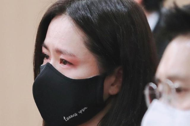 影坛大佬葬礼半个韩娱送别哭成一片,孙艺珍哭肿双眼,薛景求抹泪