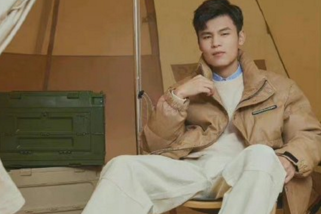 何广智终于赚到时尚圈的钱了?网友:土潮土潮的!