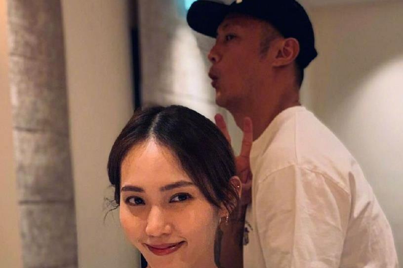王棠云生日,坐在蛋糕前美美地自拍,老公余文乐却在背后搞怪比耶