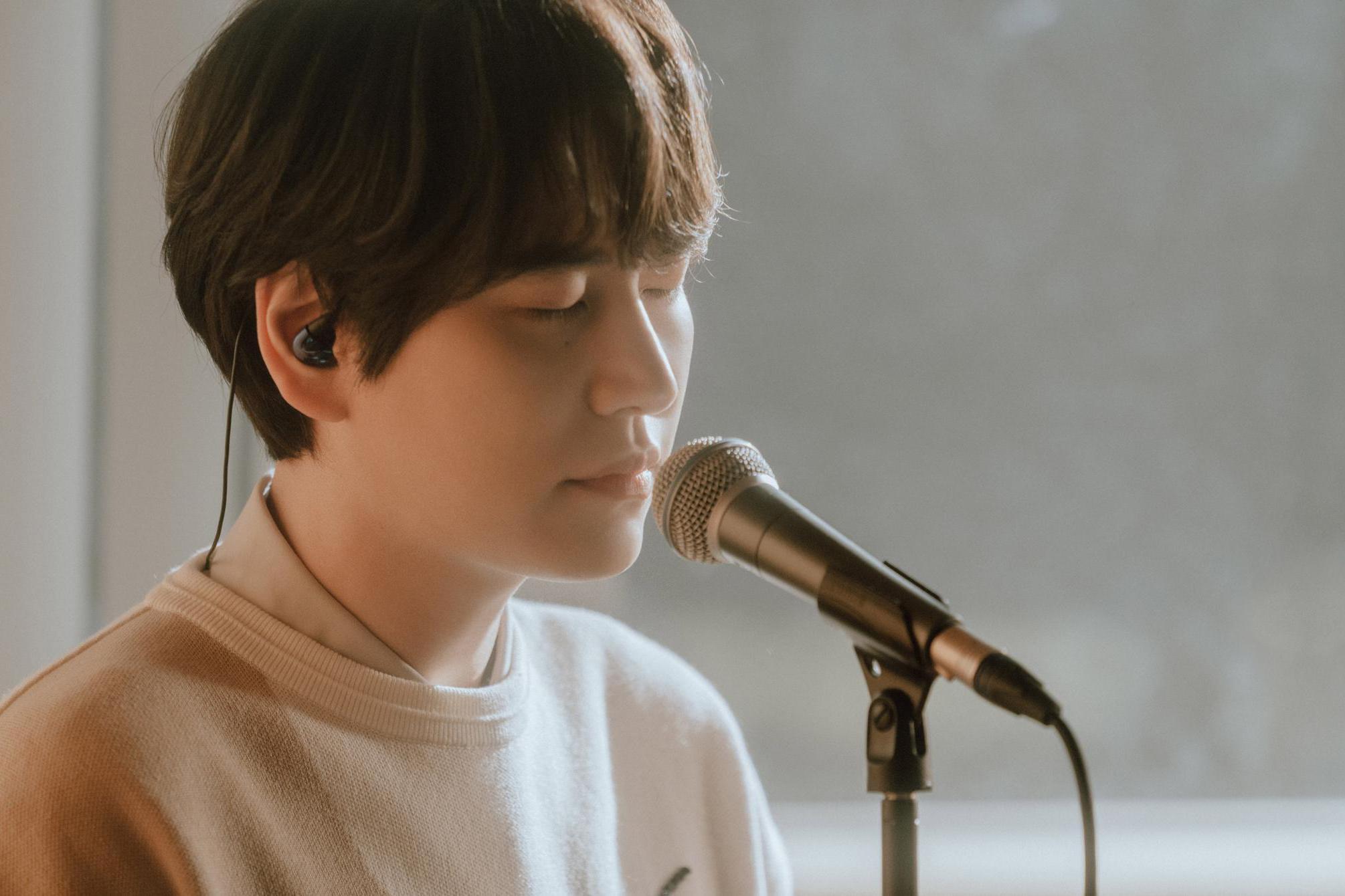 圭贤今天7点通过STATION公开春季单曲《Coffee》现场演唱视频!