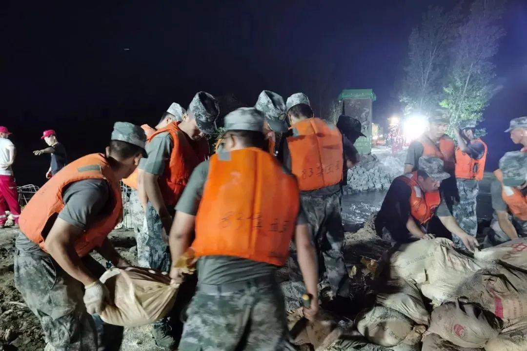 中部战区上将救灾现场被网友认出,向人民子弟兵致敬!
