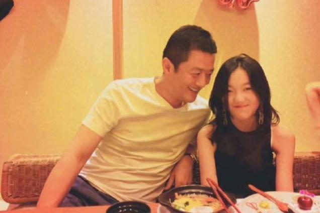"""15岁李嫣全家聚餐,一家""""三口""""穿亲子装温馨有爱,李亚鹏好幸福"""