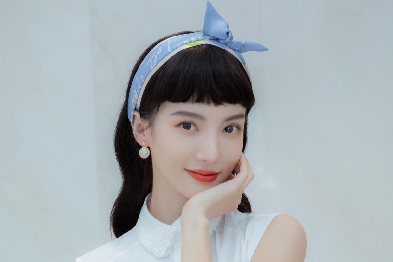 """金晨剪了""""厚刘海""""气质更惊艳,穿白衬衫配蓝色半身裙,真是yyds"""