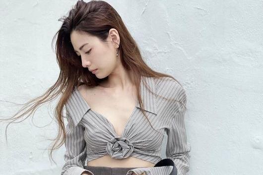 韩国女艺人NANA社交网站发近照秀性感魅力
