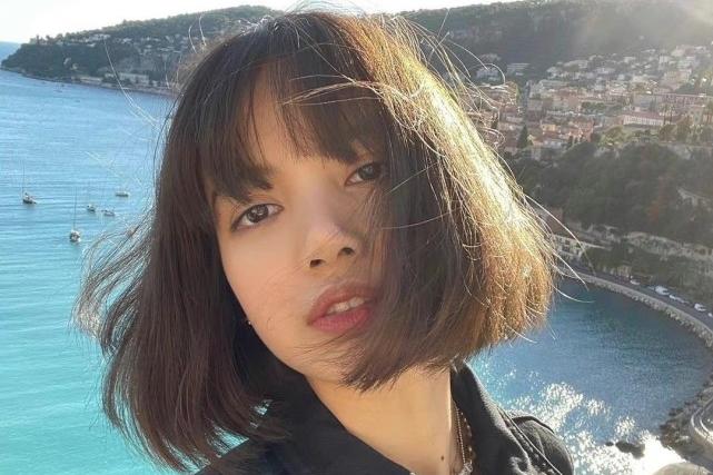Lisa晒巴黎度假照,紧急结束打歌前往时装周,公司却不让出席