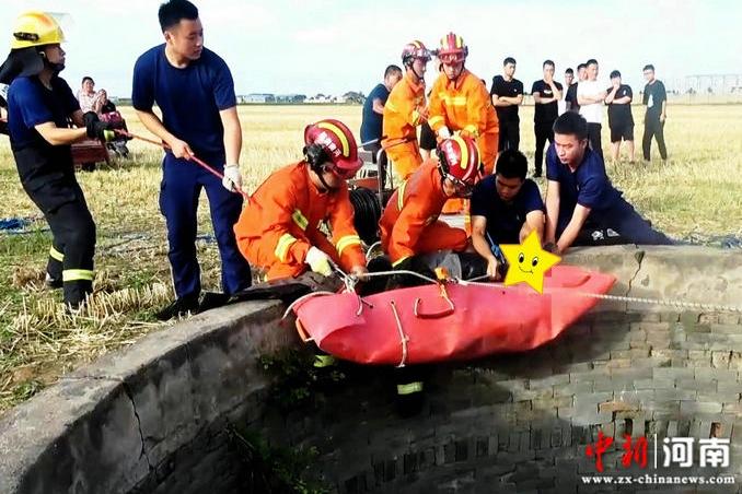 河南长葛:六旬老人不慎坠入深井 消防队员紧急处置救援