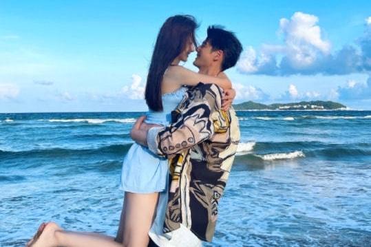 郭品超中秋携女友秀恩爱,两人漫步海边,牵手相拥举高高甜度爆表