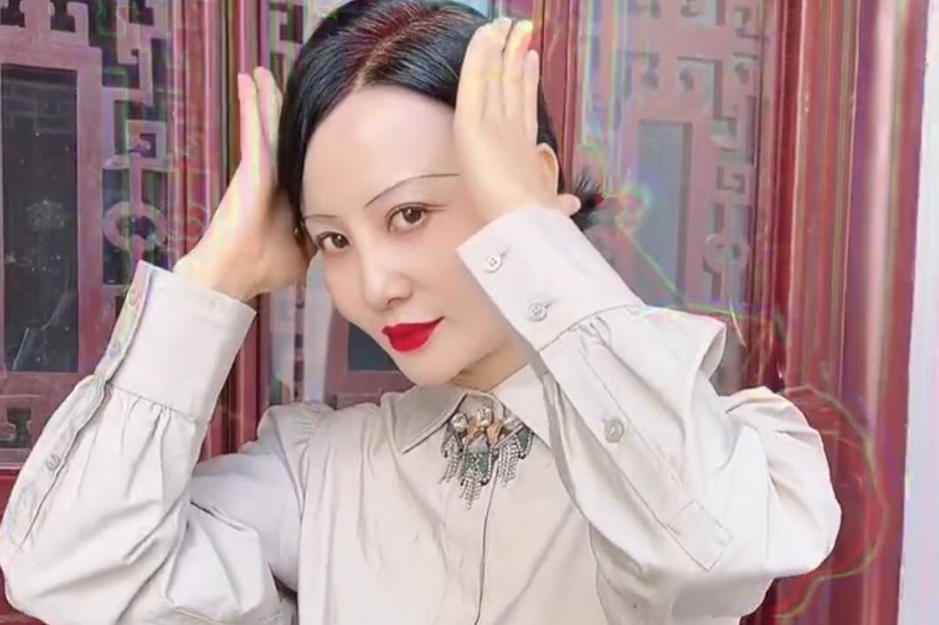52岁陶红晒热舞视频,脸上眉毛狭长显怪异,保养得宜不见皱纹
