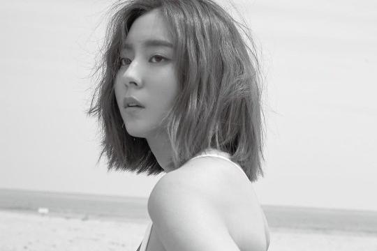 韩国女艺人UEE社交网络发布泳装写真