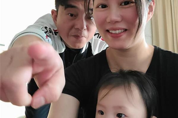 57岁吕方晒全家福,10个月女儿呆萌有趣,小16岁富商太太素颜出镜