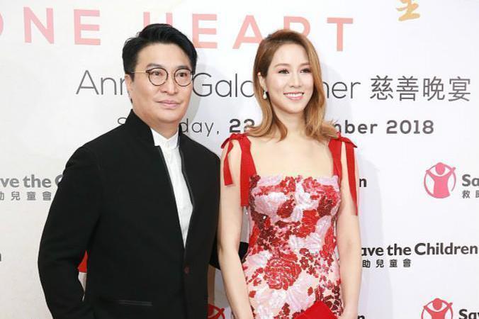 徐子淇比一般的阔太太时髦洋气,穿红色吊带裙与老公亮相,好惊艳