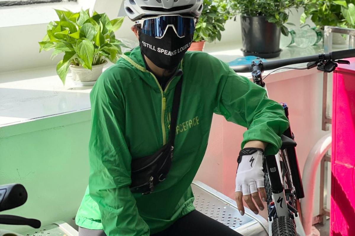 刘嘉玲骑行装备专业,穿紧身运动衣显身材,55岁不生孩子活得潇洒