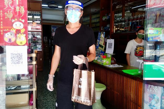 53岁焦恩俊近照暴瘦!穿着朴素挎塑料袋上街,左脚伤疤太抢镜
