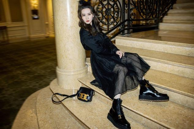 刘诗诗还是那么清纯,穿黑色服饰也挡不住稚嫩感,不像是生过孩子