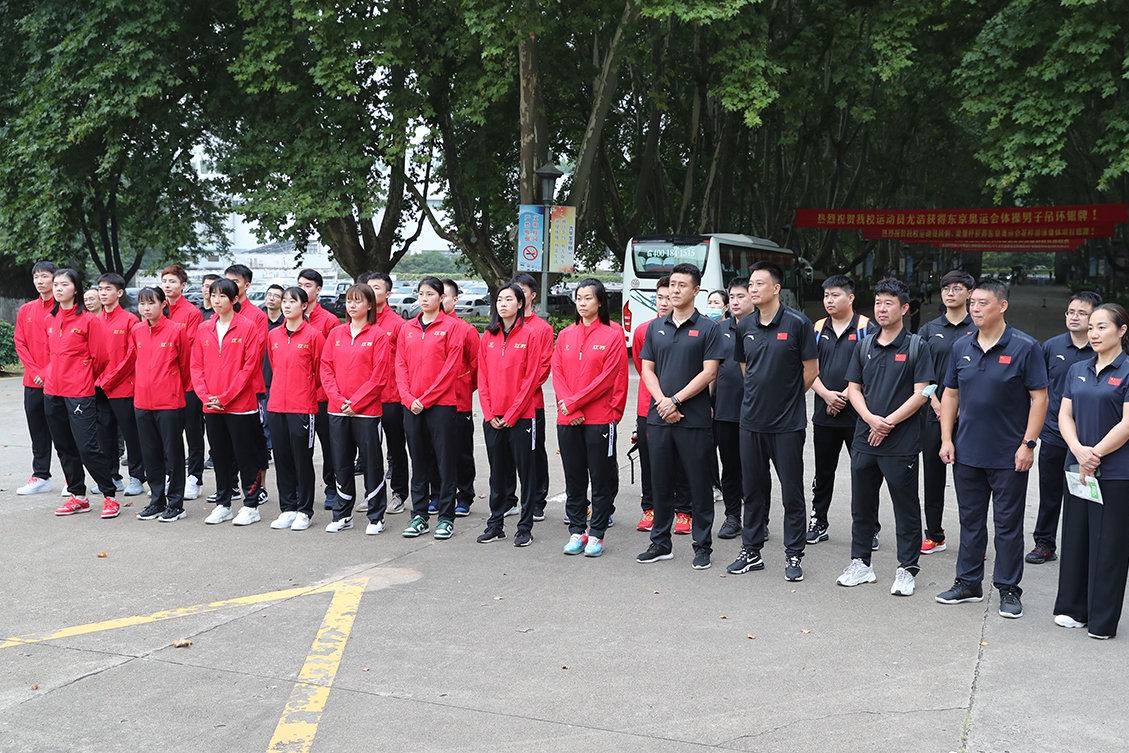 江苏羽毛球队出征全运会,石宇奇何冰娇领衔,羽协主席张军送行