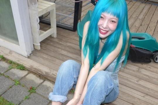 泫雅SNS发布近照 蓝发动漫感十足