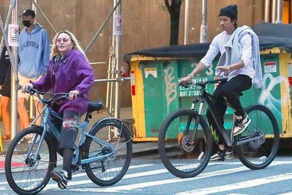 62岁麦当娜与27岁男友秀恩爱!骑车出行好甜蜜,皮肤白皙打扮前卫