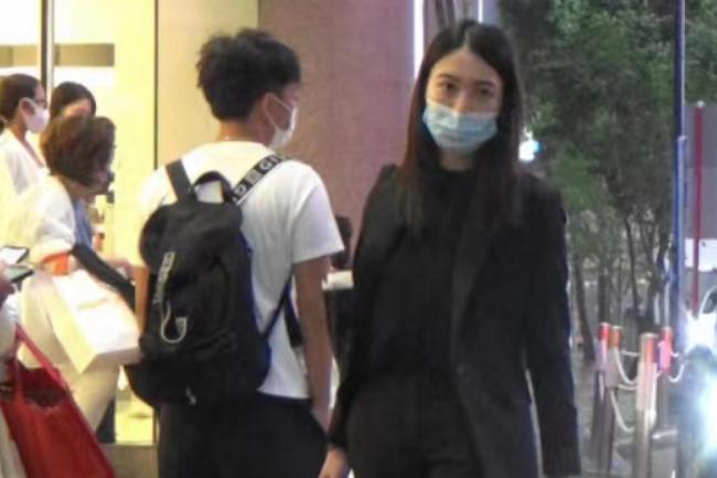港姐朱千雪被曝转行当律师,独自逛街无人认出,背环保袋打扮朴素