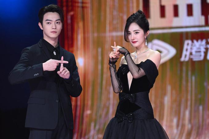 穿黑色蛋糕裙显胯宽腿短,刘亦菲穿蓝色拖地纱裙完胜