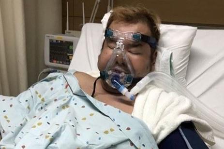 47岁男星确诊感染新冠肺炎,昏迷8天体重暴跌,肌肉萎缩无法站立