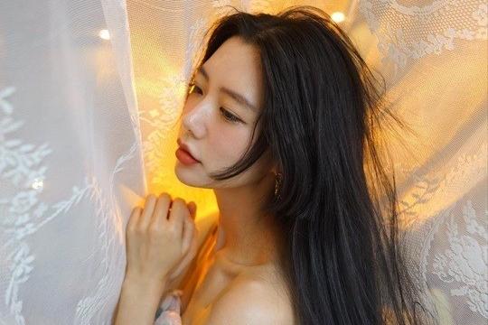 韩女星Clara发布近照 穿碎花纱裙魅力迷人