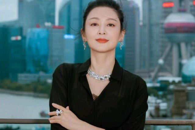 陈凯歌妻子现身上海电影节,52岁陈红穿深V西装又A又飒状态能打